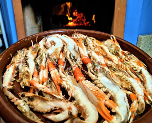 Uns escamarlans acabats de coure al forn de llenya d'alsina del Restaurant Ibèric d'Ullastret