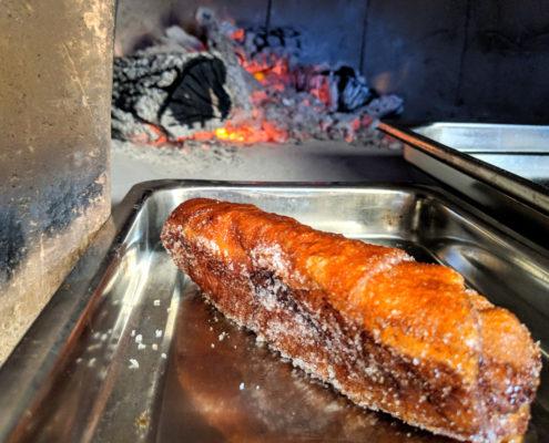 Xuixo coent-se al forn de llenya del Restaurant Ibèric d'Ullastret.